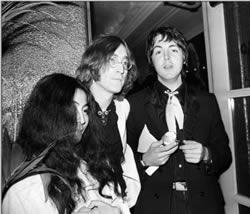 Yoko Ono, John Lennon et Paul McCartney en 1968 à la première de Yellow Submarine