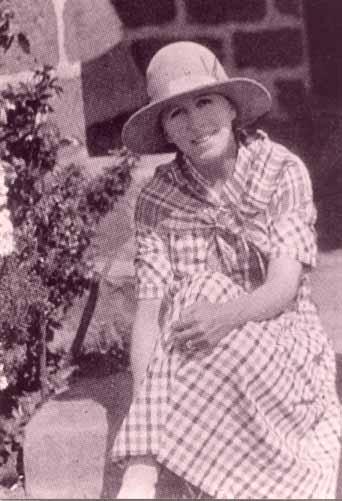 Karen Blixen sur le pas de porte de sa ferme