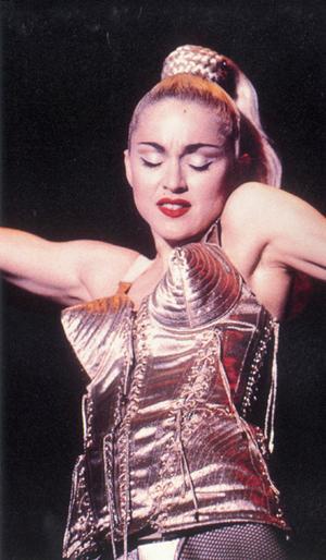 """Madonna, et ses seins Jean Paul Gautier, """"Virgin Tour"""""""