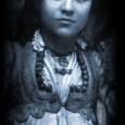 Il me semble que tout le monde connaît le nom et quelques unes des nombreuses actions de cette bienfaitrice religieuse... et médiatisée. Cependant, malgré les nombreuses biographies, la vie de Mère Teresa reste toujours aussi mystérieuse pour bon nombre d'entre nous, y compris les spécialistes !