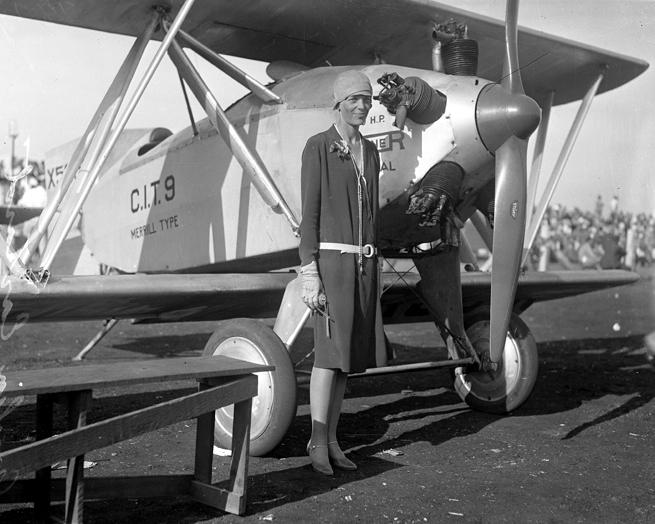Amelia Earhart, fièrement devant son premier avion