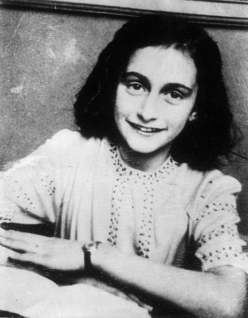 Anne Frank nait en 1929 en Allemagne, dans une famille juive qui quitte le pays dès l'arrivée au pouvoir d'Hitler, en 1933. Elle mène une enfance normale à Amsterdam, aux Pays-Bas, montrant déjà un goût certain pour la lecture et l'écriture. En 1940, les Nazis envahissent et occupent la Hollande.