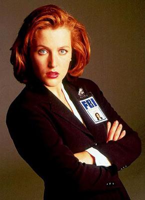 La grande Dana Scully dans son costume du FBI...