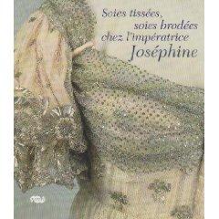 Soies brodées, soies tissées... Un beau livre nous livrant le raffinement de ses toilettes