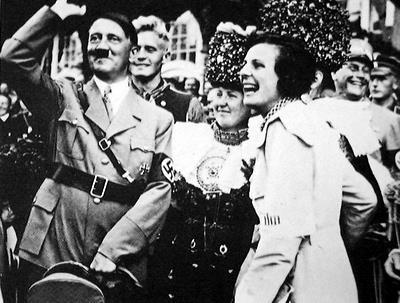 Leni Riefenstahl en compagnie d'Adolf Hitler, qui l'engage pour sa propagande