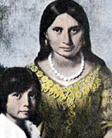 """Matoaka signifie """"petit espiègle"""" en langue algonquin, et non réellement """"petite dévergondée"""" au sens sexuel du terme. Pocahontas a été surnommée ainsi dans sa jeunesse car c'était une jeune fille très joyeuse et rusée."""