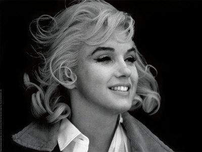 """De Marilyn Monroe à Fergie """"Fergalicious"""" des Black Eyed Peas en passant par Marlène Dietrich et toutes les autres, ces magnifiques photos de femmes, et d'hommes, célèbres vous attendent chez All Posters. Mais attention, si elles vous attrapent, vous ne leur résisterez pas !"""