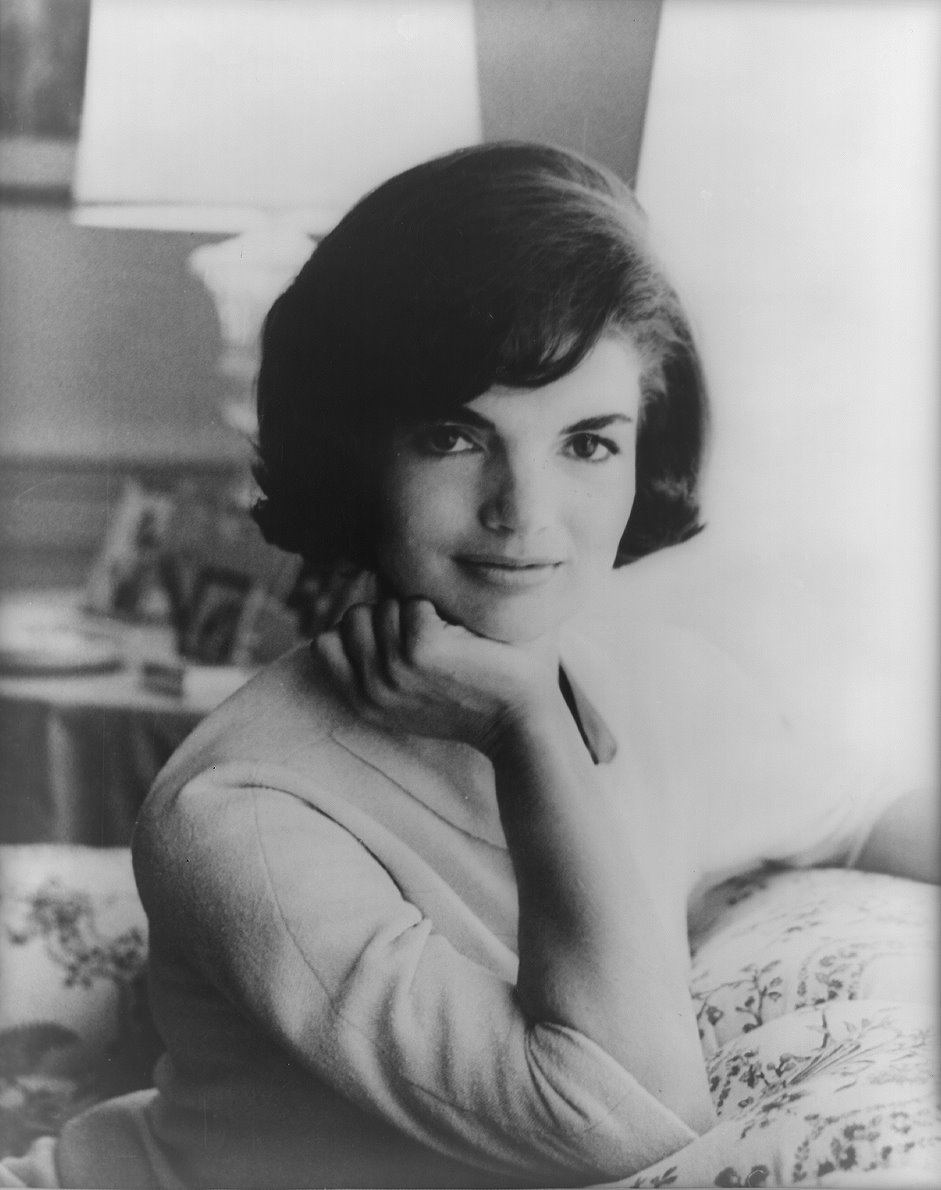Jacqueline Kennedy, ne Bouvier, est loin d&#039;tre une femme ordinaire. leve dans les plus hautes sphres de la bourgeoise New-Yorkaise, elle passe la plupart de son temps dans le grand domaine familial, dans l&#039;tat de Rhode-Island. 