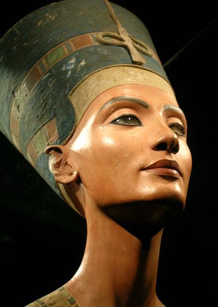 """Néfertiti signifie: """"La-Belle-est-venue"""". Cette reine mystérieuse a bercé l'imagination des grands égyptologues. Néfertiti a régné aux côtés d'Akhenaton."""