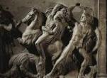 Les Amazones montent le cheval à califourchon, les Amazones portent des épées et des arcs. Les amazones sont redoutables et destinées à être guerrières.