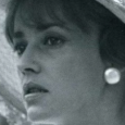 Jeanne Moreau, née en 1928 à Paris, elle commence sa carrière de comédienne en passant le concours d'entrée de l'Académie Française en 1947.