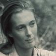 Jane Goodall s'installe au Parc National de Gombe pour étudier les chimpanzés. Elle s'immerge dans la communauté des primates pour les observer.