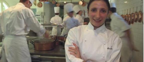 Anne-Sophie Pic est issue d'une grande dynastie de cuisiniers puisque son grand-père, André Pic, est le propriétaire d'un restaurant étoilé depuis 1934, à Valence.